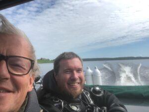 Kurt Johnsson på Storsjön med dykare.