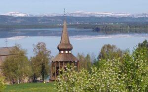 Hackås kyrka med fjällen i kulissen